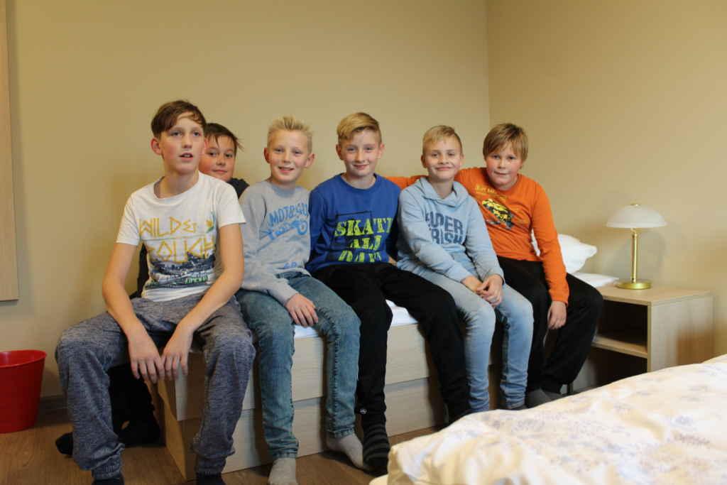 Jungen sitzen auf Bett