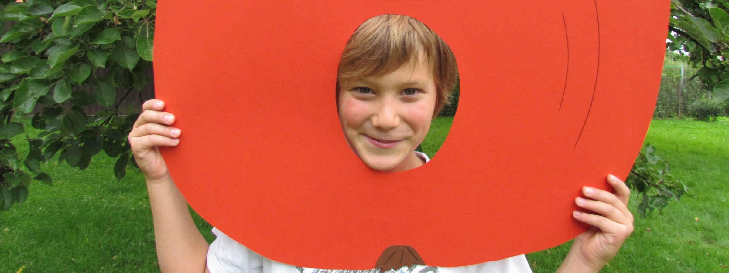 Junge mit gebasteltem Apfel