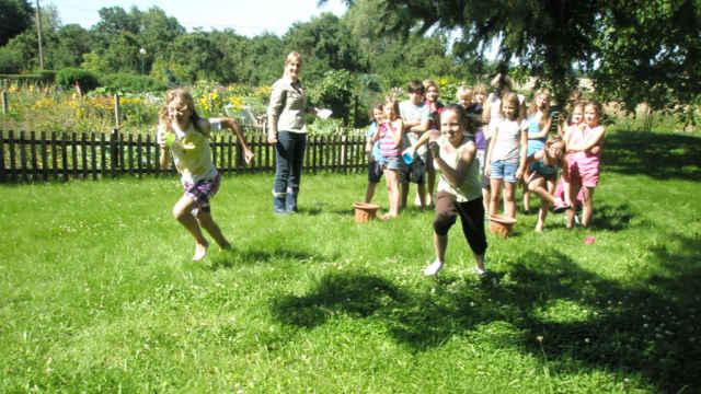 Kinder laufen auf der Wiese