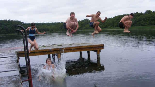Kinder springen in den Schmiedegrundsee
