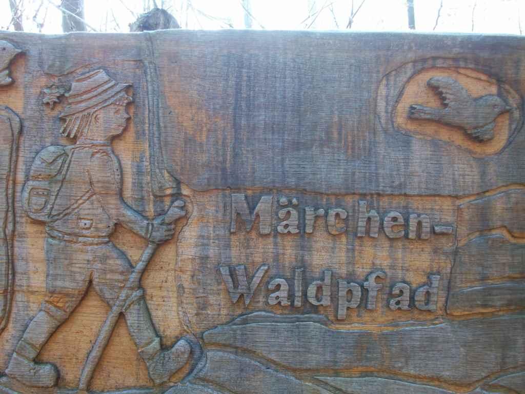 Hinweisschild zum Märchenwaldpfad